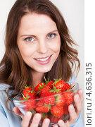 Купить «Юная девушка наслаждается спелой красной клубникой», фото № 4636315, снято 15 июля 2012 г. (c) Андрей Попов / Фотобанк Лори