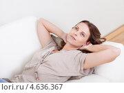 Купить «Очаровательная шатенка расслабляется, слушая музыку в наушниках на диване», фото № 4636367, снято 15 июля 2012 г. (c) Андрей Попов / Фотобанк Лори