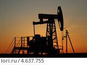 Добыча нефти. Нефтяная качалка на закате. Стоковое фото, фотограф Mikhail Erguine / Фотобанк Лори