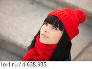 Портрет красивой брюнетки в красном шарфе и шапочке. Стоковое фото, фотограф Александр Жильцов / Фотобанк Лори