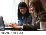 Девушка с ноутбуком в кафе. Стоковое фото, фотограф Александр Жильцов / Фотобанк Лори