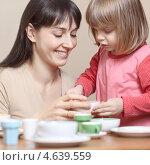 Купить «Мама и дочь играют с детской посудой», фото № 4639559, снято 10 января 2011 г. (c) Станислав Фридкин / Фотобанк Лори