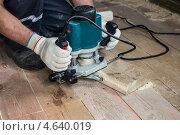 Работа с деревянными досками фрезером. Стоковое фото, фотограф Alexey Koldunov / Фотобанк Лори