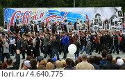 Купить «Патриотическая акция «Бессмертный полк». Парад 9 мая 2013 в Омске», эксклюзивный видеоролик № 4640775, снято 19 мая 2013 г. (c) Юлия Машкова / Фотобанк Лори