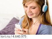 Молодая девушка в наушниках слушает музыку. Стоковое фото, фотограф CandyBox Images / Фотобанк Лори