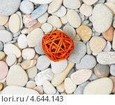 Декоративный плетеный шар из прутьев на морской гальке. Стоковое фото, фотограф Raulin / Фотобанк Лори