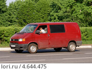 Купить «Volkswagen Transporter - грузопассажирский микроавтобус в движении», фото № 4644475, снято 17 мая 2013 г. (c) Павел Кричевцов / Фотобанк Лори