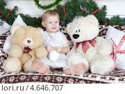 Купить «Маленькая девочка с плюшевыми медведями», фото № 4646707, снято 23 декабря 2012 г. (c) Литвяк Игорь / Фотобанк Лори