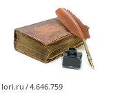 Чернильница, перо и книга на белом фоне. Стоковое фото, фотограф Ласточкин Евгений / Фотобанк Лори