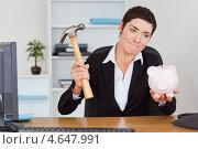 Купить «Деловая женщина разбивает копилку-свинью молотком», фото № 4647991, снято 17 июня 2011 г. (c) Wavebreak Media / Фотобанк Лори