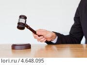Купить «Судейский молоток в руках судьи крупным планом», фото № 4648095, снято 17 июня 2011 г. (c) Wavebreak Media / Фотобанк Лори