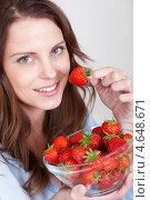 Купить «Юная девушка наслаждается спелой красной клубникой», фото № 4648671, снято 15 июля 2012 г. (c) Андрей Попов / Фотобанк Лори