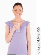 Купить «Девушка держит стакан с водой в руке», фото № 4648755, снято 24 июня 2011 г. (c) Wavebreak Media / Фотобанк Лори