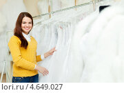 Купить «Девушка в магазине свадебной моды», фото № 4649027, снято 19 декабря 2012 г. (c) Яков Филимонов / Фотобанк Лори