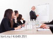 Купить «Работники внимательно слушают пожилого бизнесмена, проводящего презентацию», фото № 4649351, снято 12 августа 2012 г. (c) Андрей Попов / Фотобанк Лори