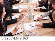 Купить «Крупный план рук бизнесменов, обсуждающих графики и диаграммы», фото № 4649363, снято 12 августа 2012 г. (c) Андрей Попов / Фотобанк Лори