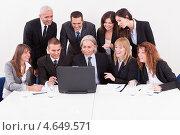 Бизнесмен демонстрирует коллегам презентацию на ноутбуке. Стоковое фото, фотограф Андрей Попов / Фотобанк Лори