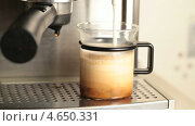 Купить «Кофемашина наливает горячее молоко в емкость с кофе», видеоролик № 4650331, снято 21 мая 2013 г. (c) EugeneSergeev / Фотобанк Лори