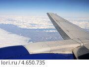 Купить «Крыло самолета на фоне голубого неба и облаков. Вид из иллюминатора.», эксклюзивное фото № 4650735, снято 21 апреля 2013 г. (c) Юрий Морозов / Фотобанк Лори