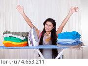 Купить «Глажка окончена! Счастливая домохозяйка торжествующе вскинула руки», фото № 4653211, снято 30 сентября 2012 г. (c) Андрей Попов / Фотобанк Лори