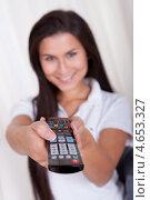 Купить «Улыбающаяся женщина переключает каналы на телевизоре пультом ДУ», фото № 4653327, снято 30 сентября 2012 г. (c) Андрей Попов / Фотобанк Лори