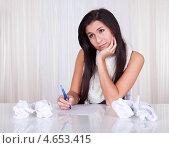Купить «Трудно найти правильные слова. Девушка пишет письмо», фото № 4653415, снято 30 сентября 2012 г. (c) Андрей Попов / Фотобанк Лори