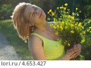Портрет блондинки с лютиками в закатном свете. Стоковое фото, фотограф Mykhaylo Mykulyak / Фотобанк Лори