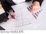 Купить «Бизнесвумен работает с финансовыми диаграммами», фото № 4653475, снято 30 сентября 2012 г. (c) Андрей Попов / Фотобанк Лори
