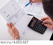 Купить «Мужчина проверяет чек с калькулятором», фото № 4653927, снято 7 октября 2012 г. (c) Андрей Попов / Фотобанк Лори