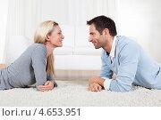 Купить «Счастливые супруги лежат на ковре и смотрят друг на друга», фото № 4653951, снято 7 октября 2012 г. (c) Андрей Попов / Фотобанк Лори