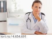 Купить «Задумчивая женщина-доктор сидит за столом перед клавиатурой», фото № 4654691, снято 11 июля 2011 г. (c) Wavebreak Media / Фотобанк Лори