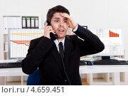 Купить «Эмоциональный игрок на бирже с телефоном в руке», фото № 4659451, снято 13 октября 2012 г. (c) Андрей Попов / Фотобанк Лори