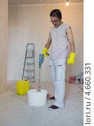 Купить «Ремонт квартиры. Строитель размешивает клей для обоев в ведре с помощью дрели», фото № 4660331, снято 28 апреля 2013 г. (c) Нелли Сабитова / Фотобанк Лори