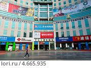 Купить «Здание торгово-офисного центра в центре города Гуйлинь провинции Гуанси, Китай», фото № 4665935, снято 24 мая 2013 г. (c) Николай Винокуров / Фотобанк Лори