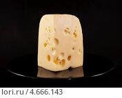 Купить «Кусок сыра на черной тарелке», фото № 4666143, снято 26 мая 2013 г. (c) Румянцева Наталия / Фотобанк Лори
