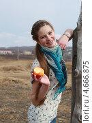 Девочка-подросток с яблоком. Стоковое фото, фотограф Диана Линевская / Фотобанк Лори