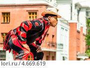Чернокожий мужчина, ежегодный карнавал в саду Эрмитажа (2013 год). Редакционное фото, фотограф Aleksandr Stzhalkovski / Фотобанк Лори