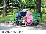Купить «Пожилая семейная пара играет в шахматы на скамейке в парке», эксклюзивное фото № 4671667, снято 21 мая 2013 г. (c) Ирина Борсученко / Фотобанк Лори