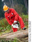 Купить «Рабочий с электропилой в руках работает в лесу», фото № 4673067, снято 29 октября 2011 г. (c) Дмитрий Калиновский / Фотобанк Лори