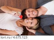 Счастливые влюбленные лежат голова к голове на полу. Стоковое фото, фотограф Андрей Попов / Фотобанк Лори