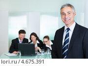 Купить «Топ-менеджер зрелых лет на фоне своей команды», фото № 4675391, снято 21 октября 2012 г. (c) Андрей Попов / Фотобанк Лори