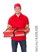 Купить «Разносчик пиццы с термосумкой в руках», фото № 4676035, снято 27 октября 2012 г. (c) Андрей Попов / Фотобанк Лори