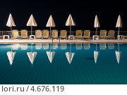 Вид на ночной бассейн в отеле с шезлонгами и зонтами на побережье средиземного моря (2011 год). Стоковое фото, фотограф Галина Вишнякова / Фотобанк Лори