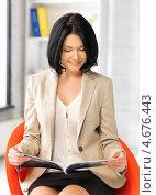 Купить «Красивая молодая женщина читает журнал», фото № 4676443, снято 7 апреля 2012 г. (c) Syda Productions / Фотобанк Лори