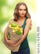 Купить «Девушка держит в руках бумажный пакет с фруктами», фото № 4676995, снято 8 декабря 2012 г. (c) Syda Productions / Фотобанк Лори