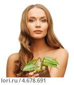 Купить «Красивая девушка с длинными волосами и зеленым листом», фото № 4678691, снято 8 декабря 2012 г. (c) Syda Productions / Фотобанк Лори