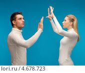Купить «Мужчина и женщина работают с невидимым экраном», фото № 4678723, снято 17 ноября 2012 г. (c) Syda Productions / Фотобанк Лори