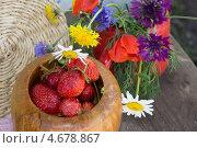 Клубника и цветы. Стоковое фото, фотограф Людмила Дмитрук / Фотобанк Лори