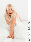 Купить «Очаровательная девушка зевает в постели», фото № 4680391, снято 14 июля 2011 г. (c) Wavebreak Media / Фотобанк Лори