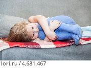 Купить «Маленький беззащитный ребенок, сжавшийся в комок на диване», фото № 4681467, снято 9 февраля 2013 г. (c) Кекяляйнен Андрей / Фотобанк Лори